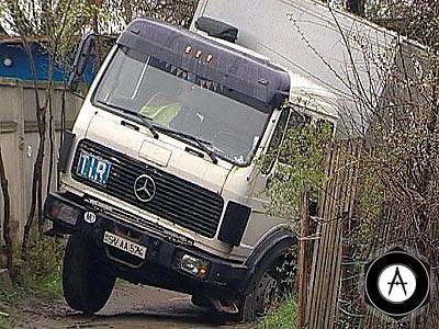 В Тирасполе грузовик съехал с дороги в огороды
