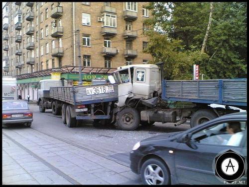 врезались два грузовика в Москве