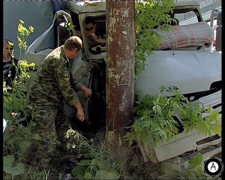 грузовик Бычок на полном ходу врезался в столб
