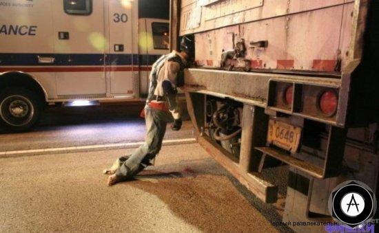 после аварии мотоциклист застрял