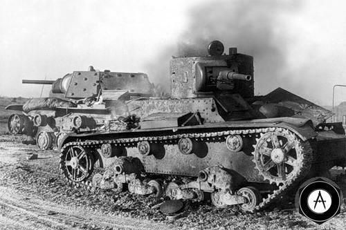 горит Т-26 и подбитый КВ-1 1941