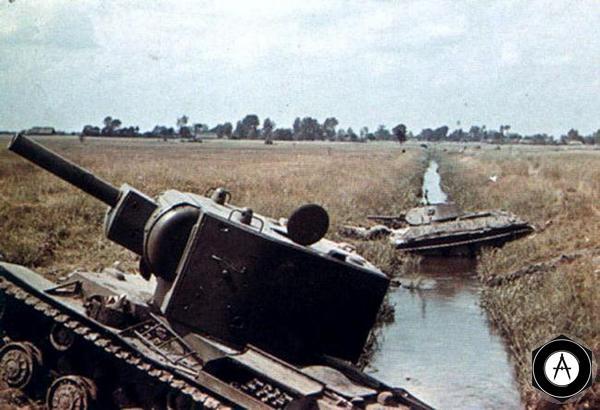 застрявшие в арыке Т-34 и КВ-2 1941