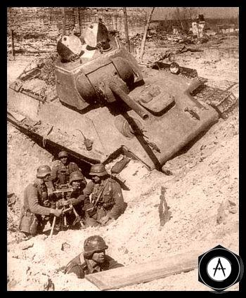 наблюдательный пункт вермахта у подбитого Т-34-76 (окраска люков для распознавания авиацией) 1943