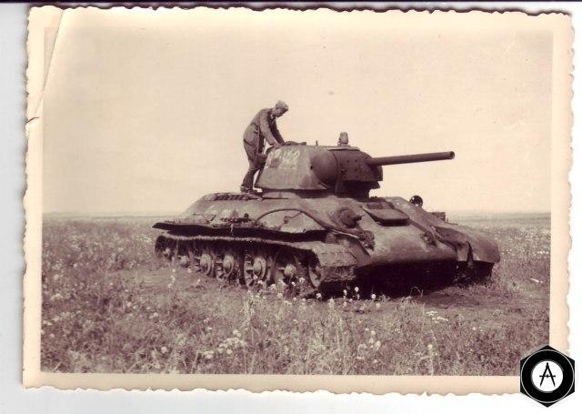 немецкий солдат на подбитом Т-34 1942