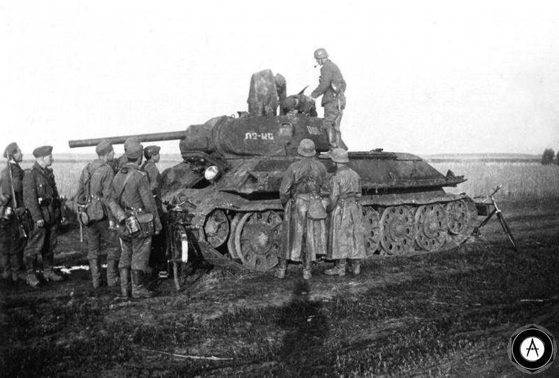 немцы у брошенного Т-34 1942