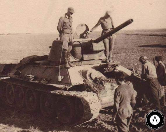 немцы у подбитого Т-34 1943