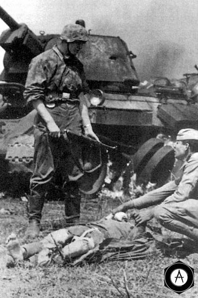 разбитый сгоревший Т-34, панцергренадёр вермахта и  пленный красноармеец 1942