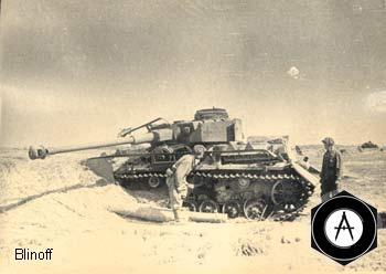 советские танкисты осматривают подбитый Т-4