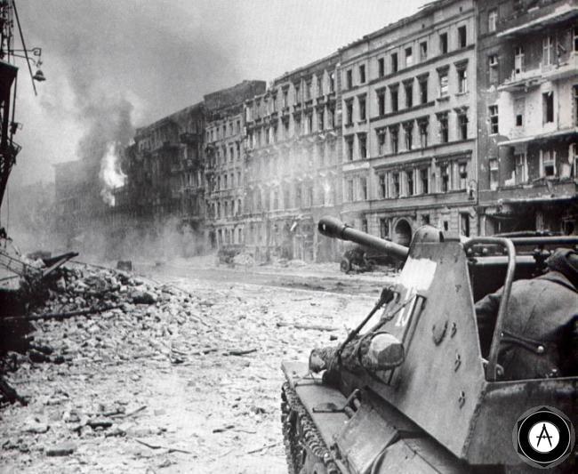 СУ-76 ведет бой в городе Европа 1945