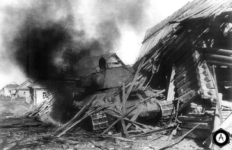 Т-34 горит у деревенского дома 1943