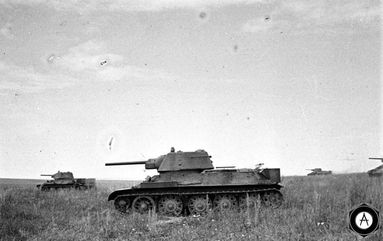 Т-34 идут в атаку 1943