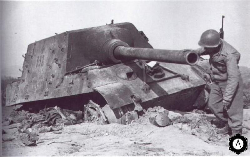 Уничтоженный ягдтигр (пушка 128мм) и американский солдат 1945