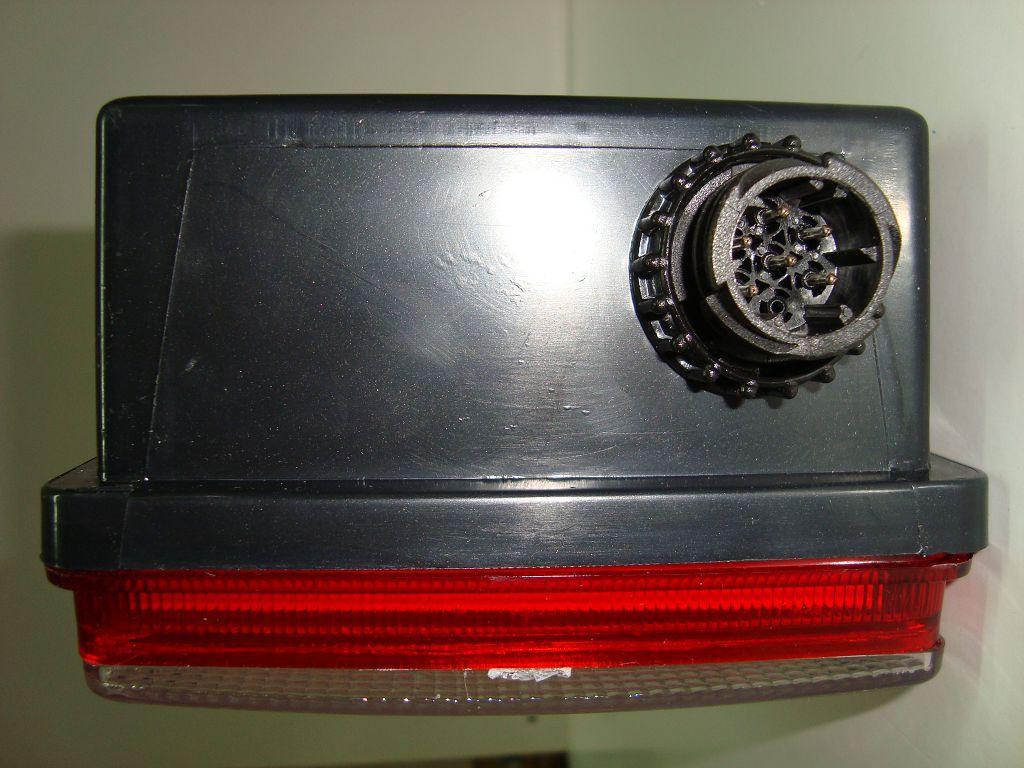 5603021Фонарь задний Прицеп Треугольник с AMP разъмом вид сбоку