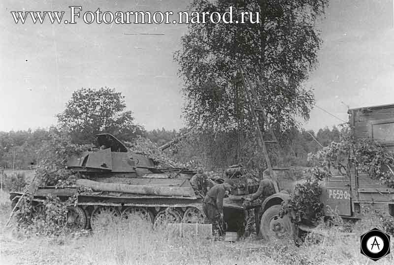 Сцена ремонта двигателя танка Т-34 в полевых условиях
