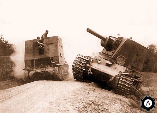 брошенный КВ-2 объезжает немецкая САУ на базе PzII 1941