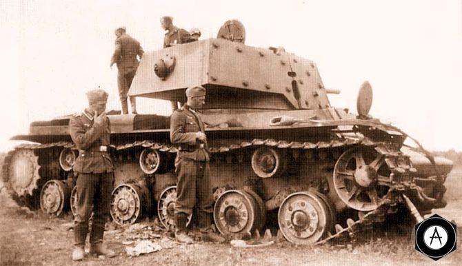 КВ-1М с разбитой гусеницей осматривают немецкие солдаты