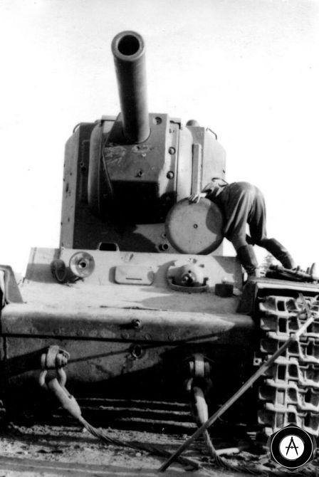 КВ-2 осматривают