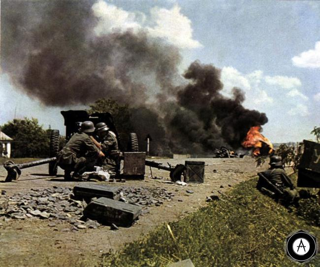 немецкая противотанковая пушка 50мм ведёт огонь