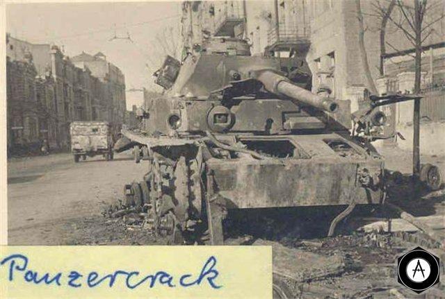 Подбитый немецкий танк (Т-4) на улице Харькова, 1943