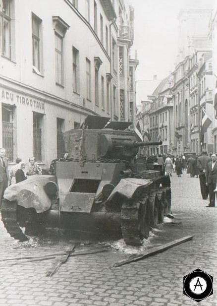 Подбитый танк БТ-5 на улицах Риги