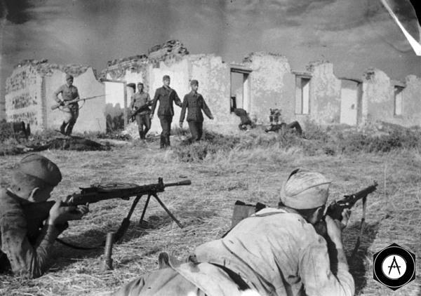 бойцы старшего сержанта Худовердова ведут пленённых немецких солдат