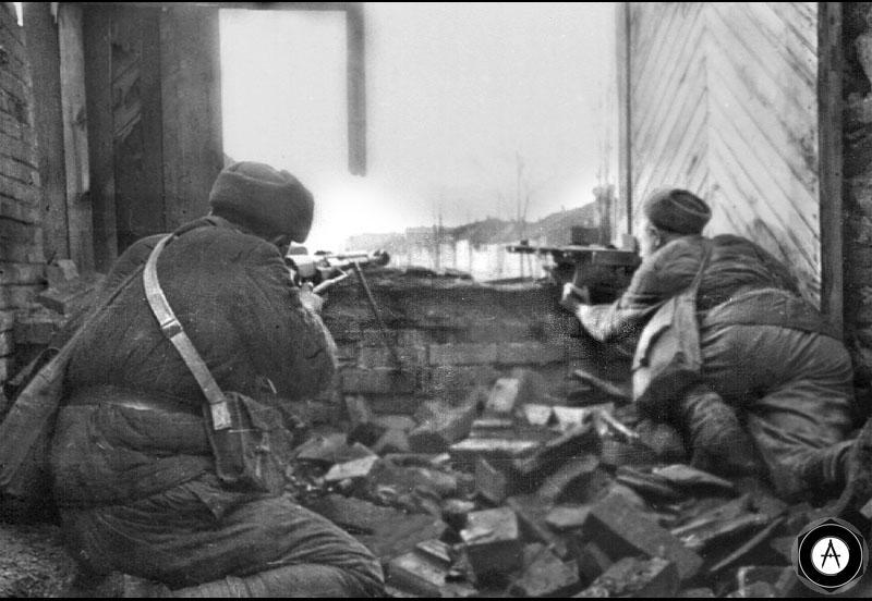 бронебойщикСержант Елизар Иванович Водянов ведет бой в городе