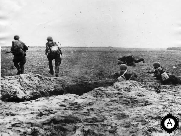 Пехота выходит из траншей в атаку