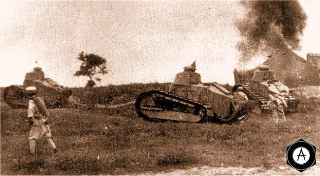 Атаку китайской пехоты поддерживают танки FT-18