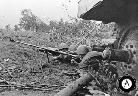 Гвардейцы-бронебойщики отражают танковую атаку врага