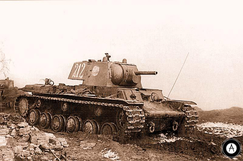 КВ-1 и БТ-5 (на заднем плане) выдвигаются на рубеж атаки
