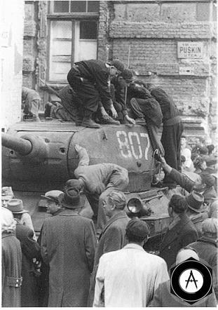 мирное население встречает советские танки