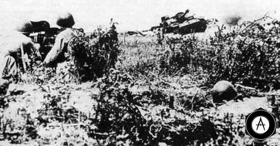 Отражая повторную атаку прорвавшейся группы танков