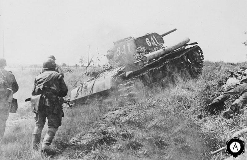 Пехота под прикрытием танка КВ-1С идет в атаку