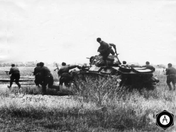 Пехота при поддержке легких танков отрезает отступление нацистов