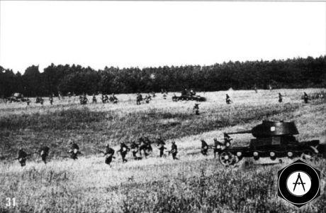 Пехота при поддержке танков Т-26 идет в атаку