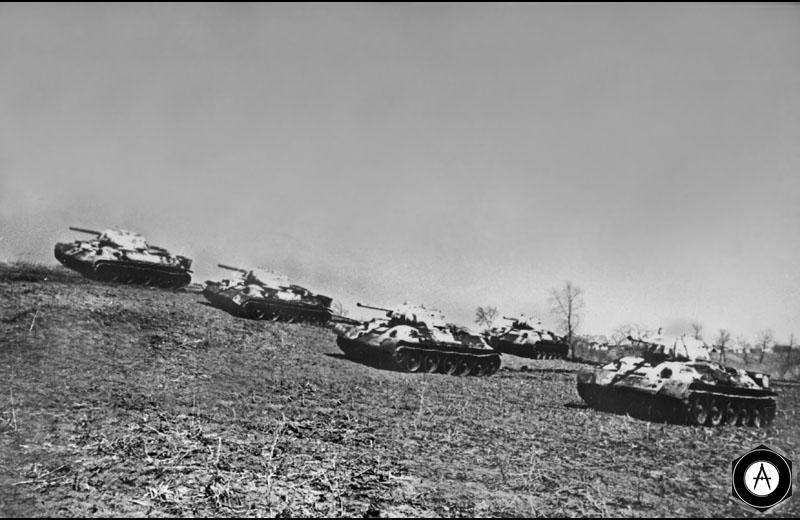 Советские танки Т-34 на рубеже атаки 42-43