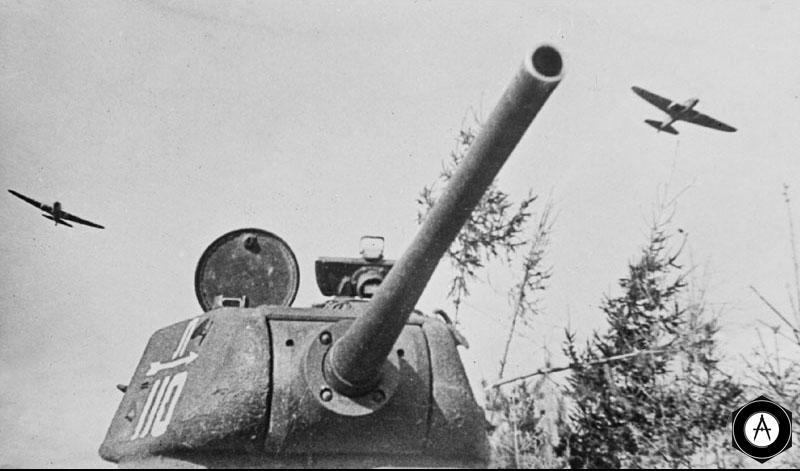 Советский танк Т 34 85 первых образцов перед атакой