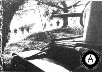 Танк КВ-1 поддерживает атаку нашей пехоты во время боёв