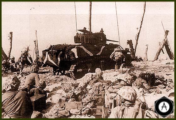 Танк М5А1 роты А 4-го танкового батальона морской пехоты перед атакой японских позиций