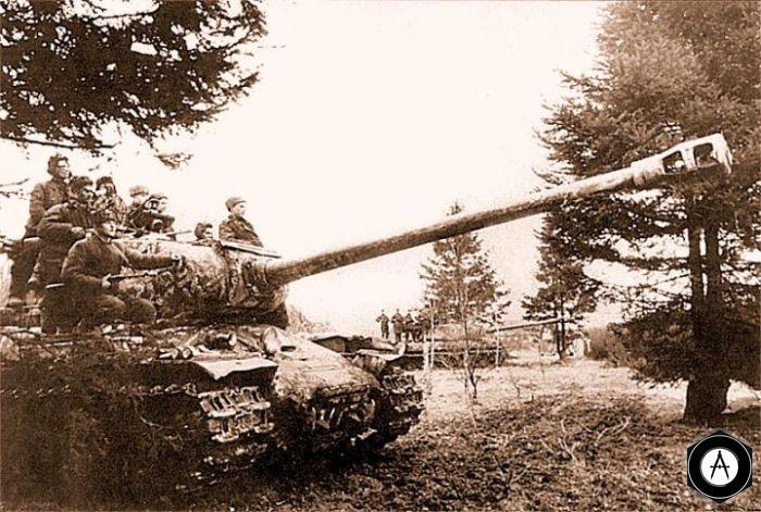 Танки ИС-2 на исходном рубеже перед атакой