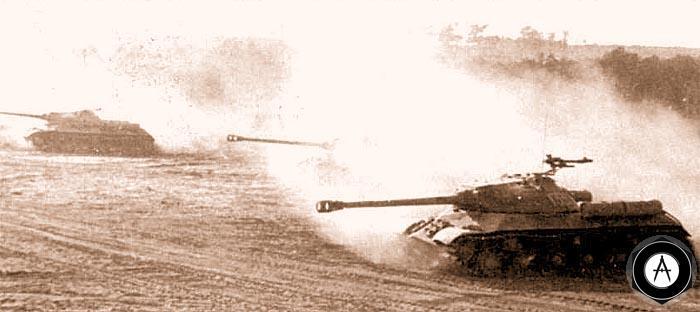 Танки ИС-3 идут в атаку во время учений