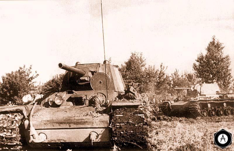 Танки КВ-1 (со сварными башнями) выходят на позицию