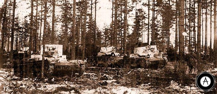 Танки Т-26 35-й танковой бригады выдвигаются на рубеж