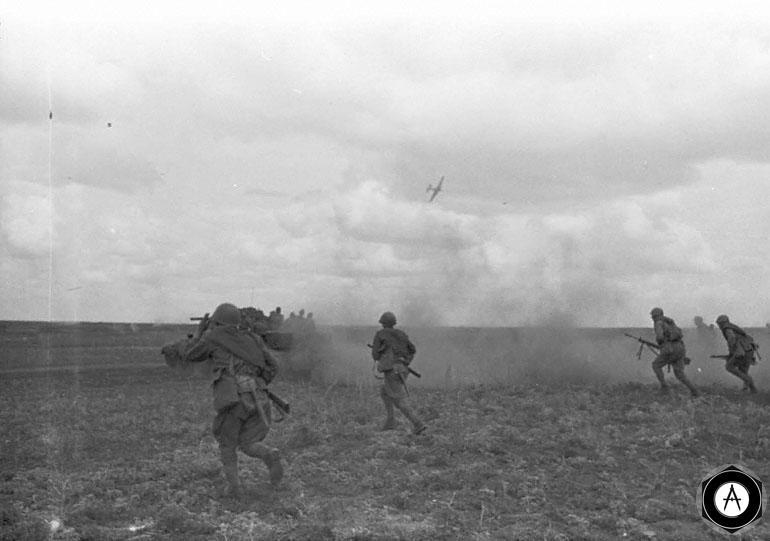 Мотострелки  под прикрытием танков идут в атаку на орловском участке фронта