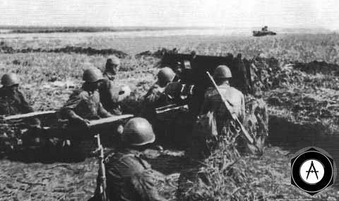 Орудийный расчет части Леонова отражает атаку гитлеровских танков