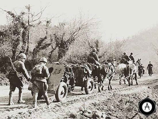 в горах Кавказа горно-артеллерийская батарея на марше