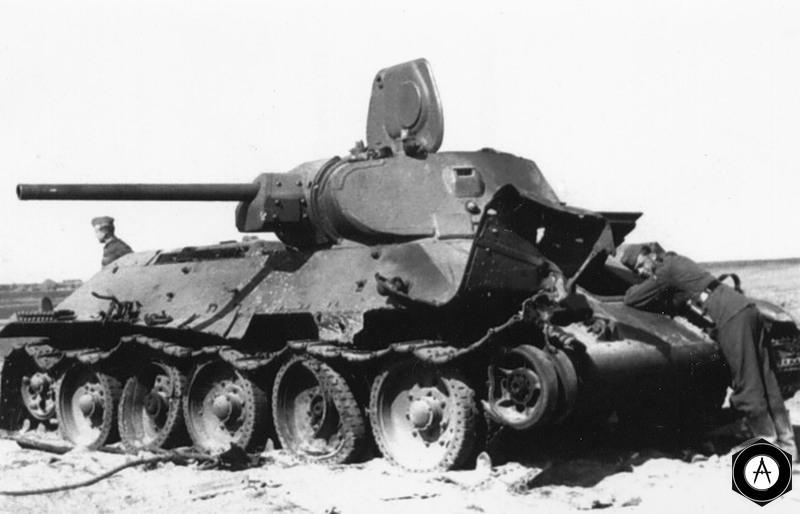 сгоревший Т-34 осматривают немцы