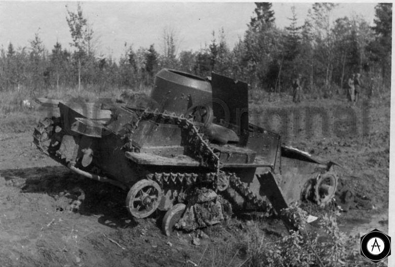 плавающий Т-38 разбит снарядом