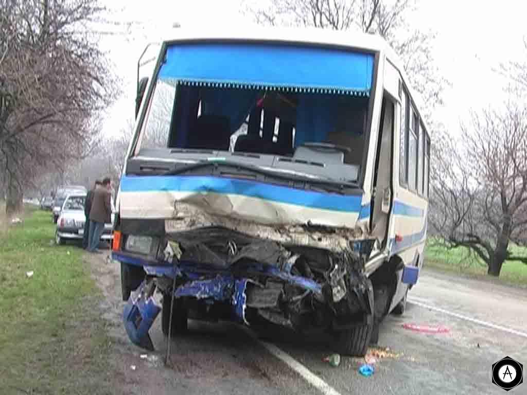 На Днепропетровщине грузовик протаранил автобус с людьми