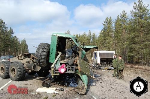 Столкновение армейского грузовика с автобусом